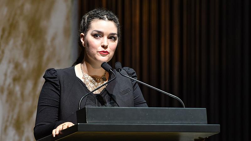 Festrednerin Travnicek auf der Bühne