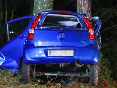 Autolenker übermüdet gegen Baum geprallt