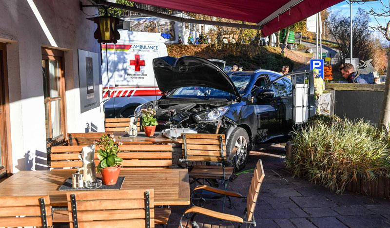 Auto  auf der Terrasse eines Gasthauses