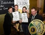Die Kren-Award-Sieger David Krasser (Krenreibe) und Rezepterockerin Angelika Edelsbrunner mit Vizepräsidentin Maria Pein (l) und Obmann der Krenbauern, Martin Kern als Gratulanten.