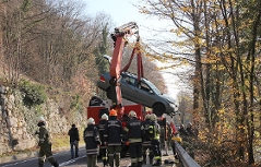 Bergung eines Autos aus der Donau