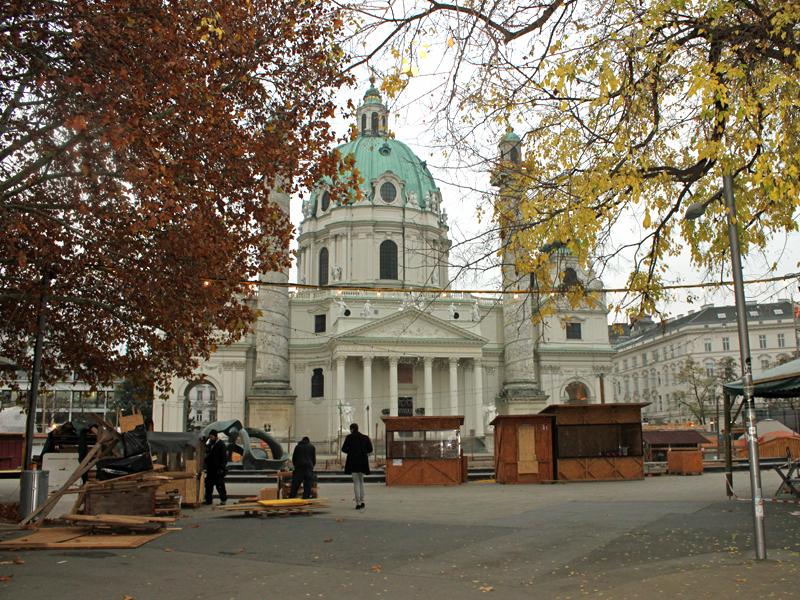 Die Aufbauarbeiten für den Christkindlmarkt am Rathausplatz haben bereits gestartet.