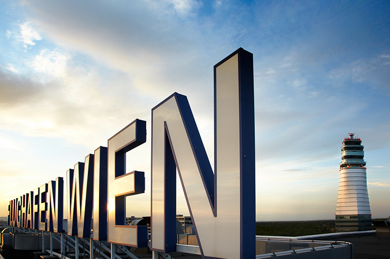 Flughafen Wien Schwechat Tower Schriftzug