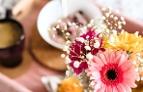 Blumenstrauß und Kaffeetasse