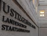 Schild Justizgebäude Landesgericht Staatsanwaltschaft Salzburg