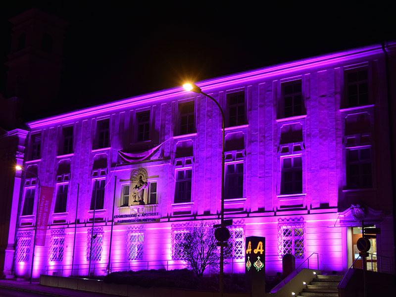 Krankenhaus Eisenstadt lila beleuchtet