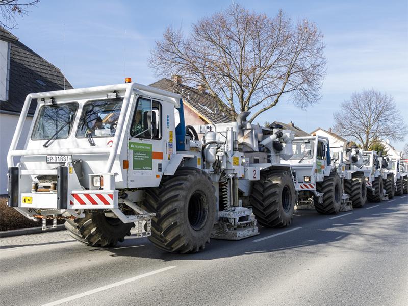 Konvoi an Messfahrzeugen zur Suche von Heißwasser
