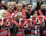 Teilnehmer an Warnstreik vor Firma Collini in Wien