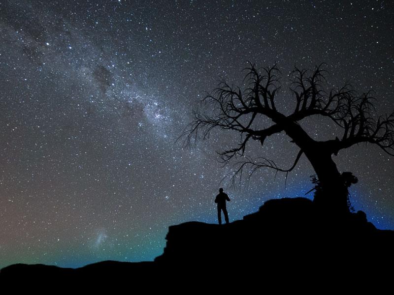 Mann unter  dem Sternenhimmel