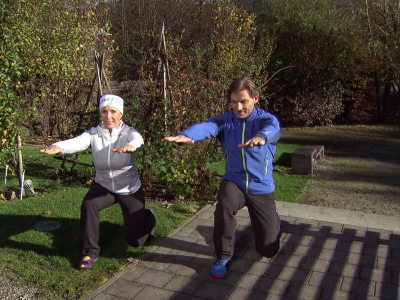 Doresia Krings und Michael Mayrhofer bei der Kombiübung Kniebeuge-Ausfallschritt