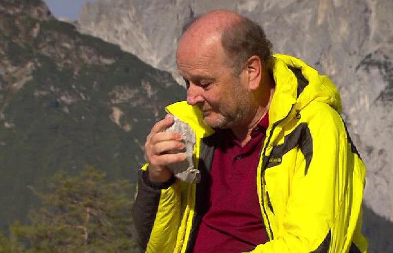Gunther Heißel riecht an einem Stein