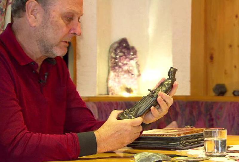 Gunther Heißel hält Barbarastatue in der Hand