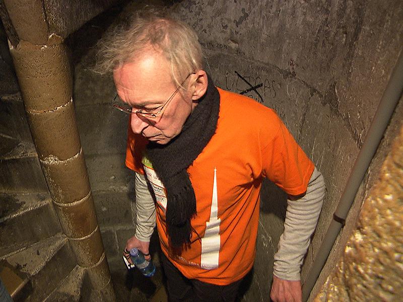 COPD-Patient Eberhard Jordan beim Treppensteigen im Stephansdom