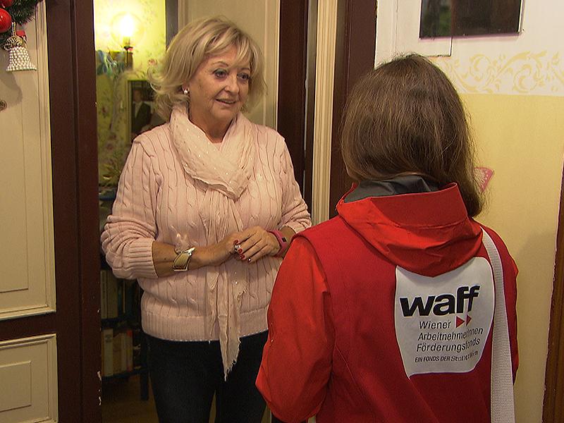 WAFF-Mitarbeiterin bei Wohnungstür