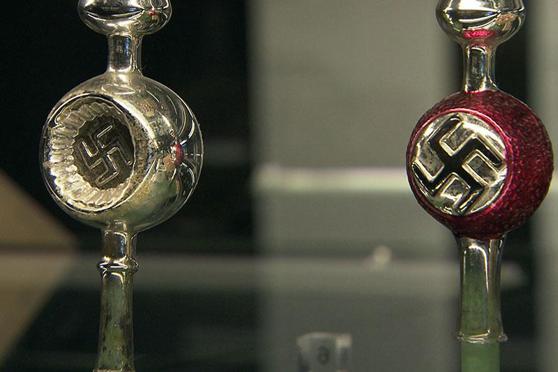 Nationalsozialistischer Christbaumschmuck mit Hakenkreuzen