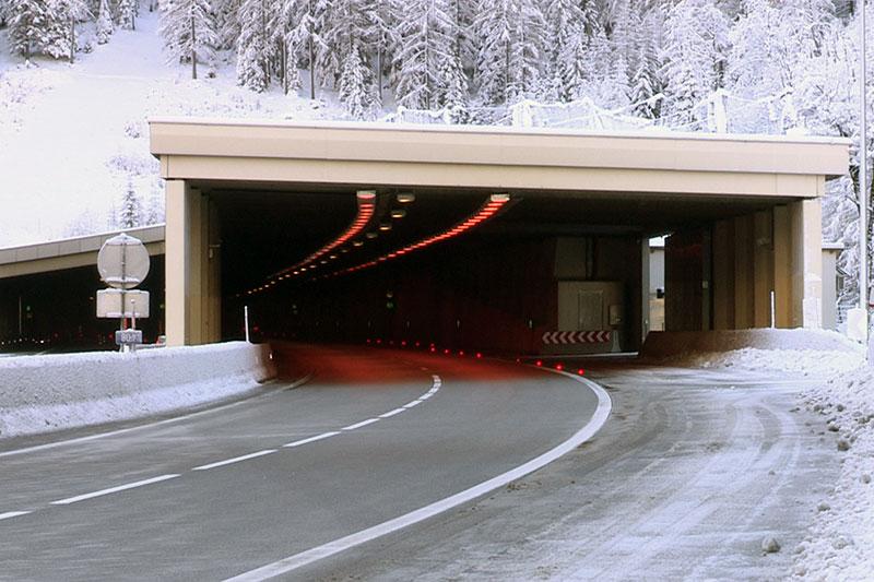 Nordportal des Tauerntunnels an der Tauernautobahn (A10) im Winter