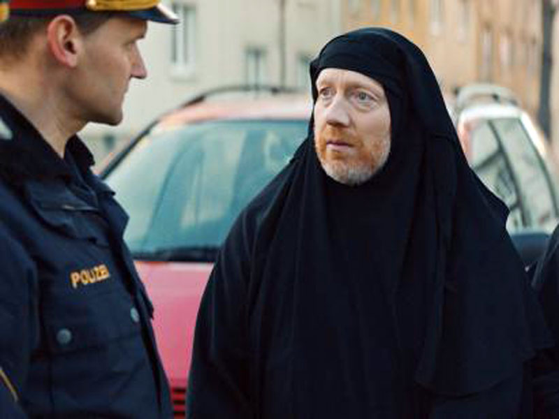 """Simon Schwarz im Film """"Womit haben wir das verdient?"""""""