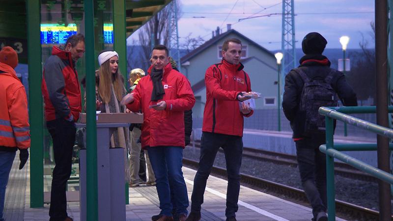 AK und ÖGB verteilen Fahrpläne auf Bahnsteig
