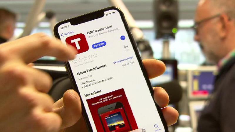 Handy mit Radio Tirol App im Radiostudio