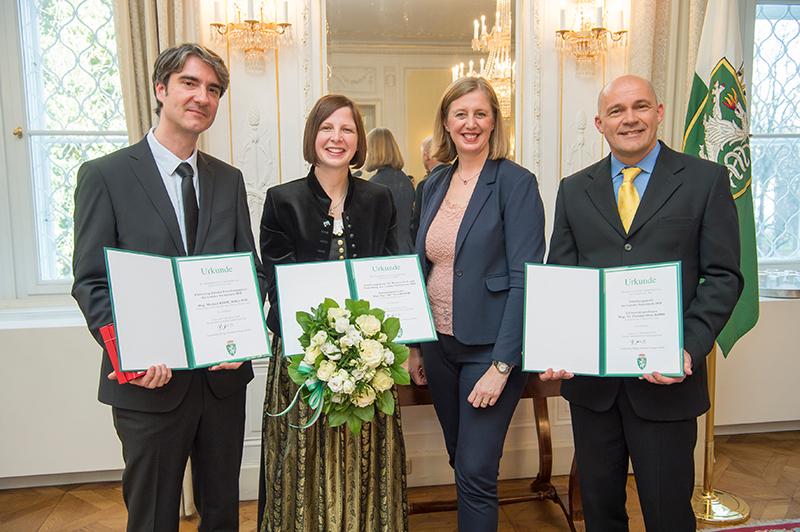 Barbara Eibinger-Miedl (2.v.r.) mit den Preisträgerinnen und Preisträgern der Forschungspreise 2018: Michael Kahr (l.), Svea Mayer (2.v.l.) und Christian Oliver Kappe (r.).