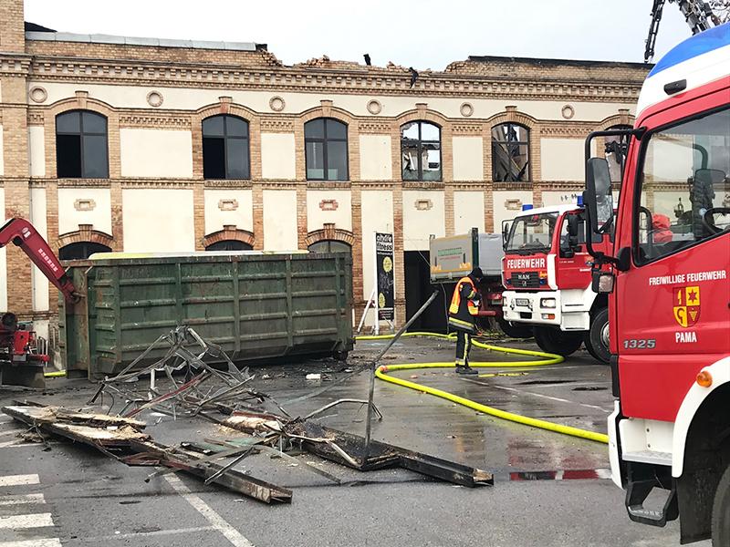 Letzte Löscharbeiten beim Großbrand in Bruckneudorf