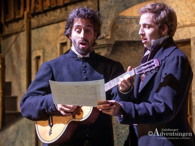 Mohr und Gruber singen Stille Nacht