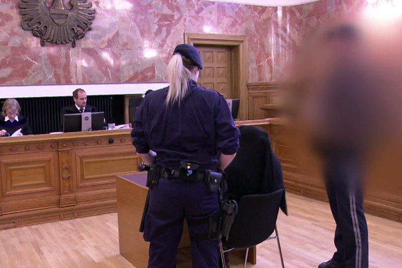 Angeklagte im Schwurgerichtssaal des Landesgerichts Salzburg mit zwei Polizisten