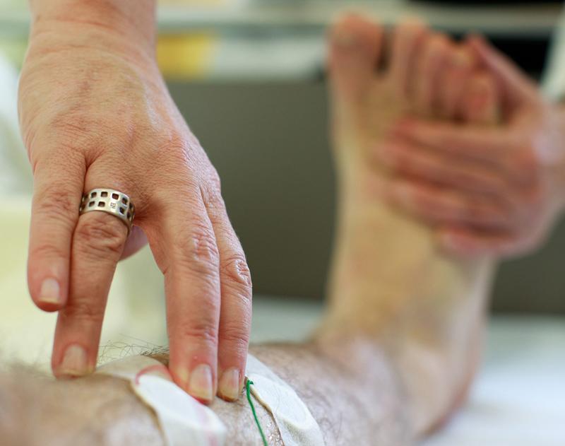 Untersuchung an Bein im Schlaflabor