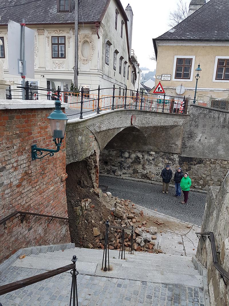 Brücke mit eingestürztem Mauerwerk