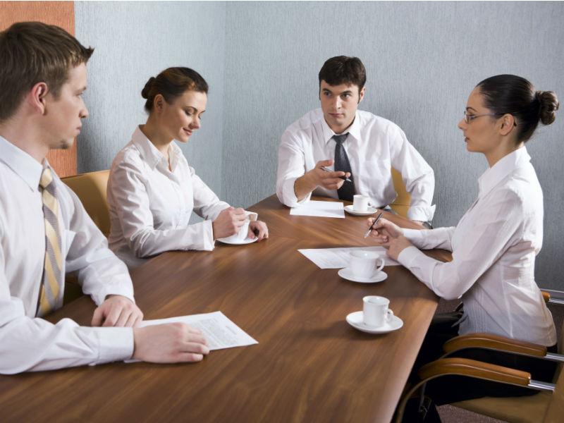 Menschen diskutieren in einer Runde