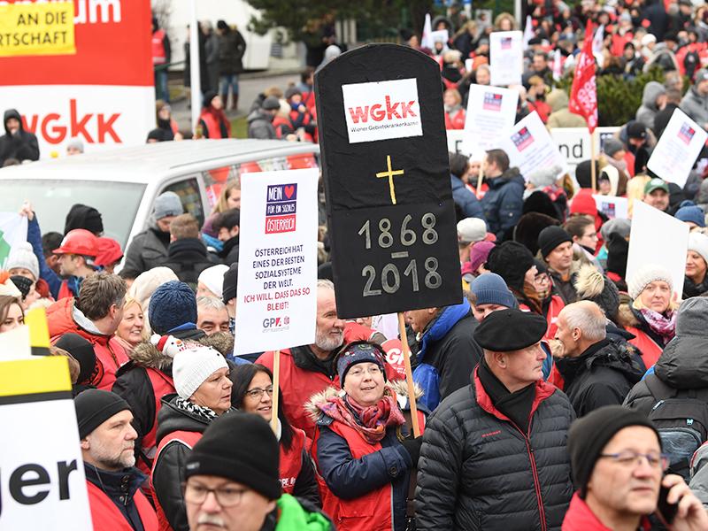 Teilnehmer einer Protestkundgebung gegen die Sozialversicherungsreform am Wienerberg