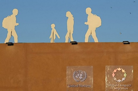 Silhouette von Migranten, eine Installation anlässlich der Internationalen Konferenz zum globalen Migrationspakt der UNO in der marokkanischen Stadt Marrakesch.
