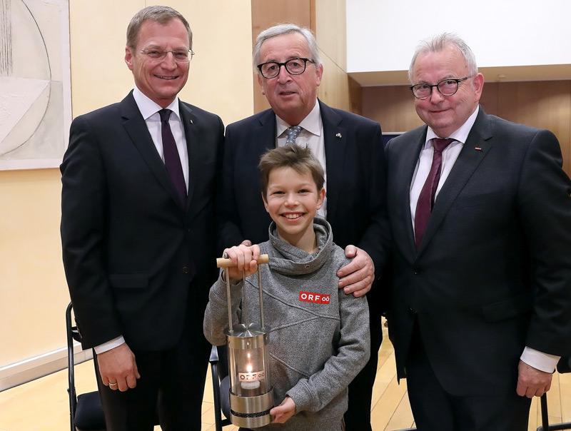 Landeshauptmann Thomas Stelzer, EU-Kommissionspräsident Jean-Claude Juncker, Friedenslichtkind Niklas Lehner, Günther Hartl (ORF OÖ)