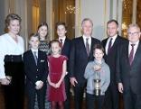 Königin Mathilde, Prinz Emmanuel (vorne), die Prinzessinnen Elisabeth und Eleonore, Prinz Gabriel, König Philippe, Friedenslichtkind Niklas Lehner, LH Thomas Stelzer, Günther Hartl (ORF OÖ)
