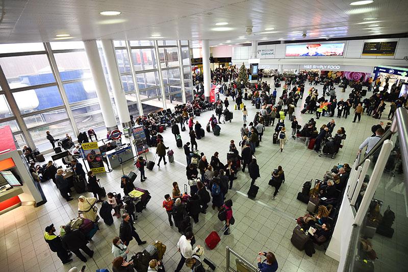 Passagiere auf dem Flughafen London-Gatwick