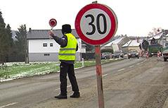 Geschwindigkeitsbegrenzugstafel vor einer Baustelle