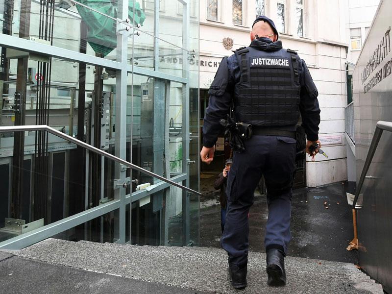 Sicherheitskräfte vor dem Landesgericht