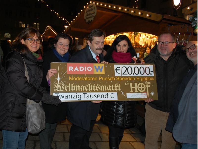 Evi Pohl-Iser und Dir. Sabine Geringer vom Wiener Hilfswerk, Werner Gruber, Jasmin Dolati, Georg Lehner vom Weihnachtsmarkt Am Hof