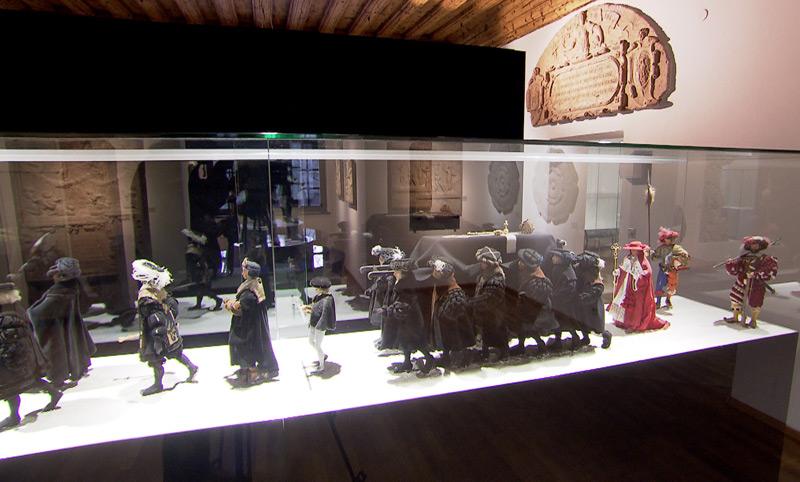 Schaukasten mit Begräbniszug von Kaiser Maximilian I. in der Welser Burg