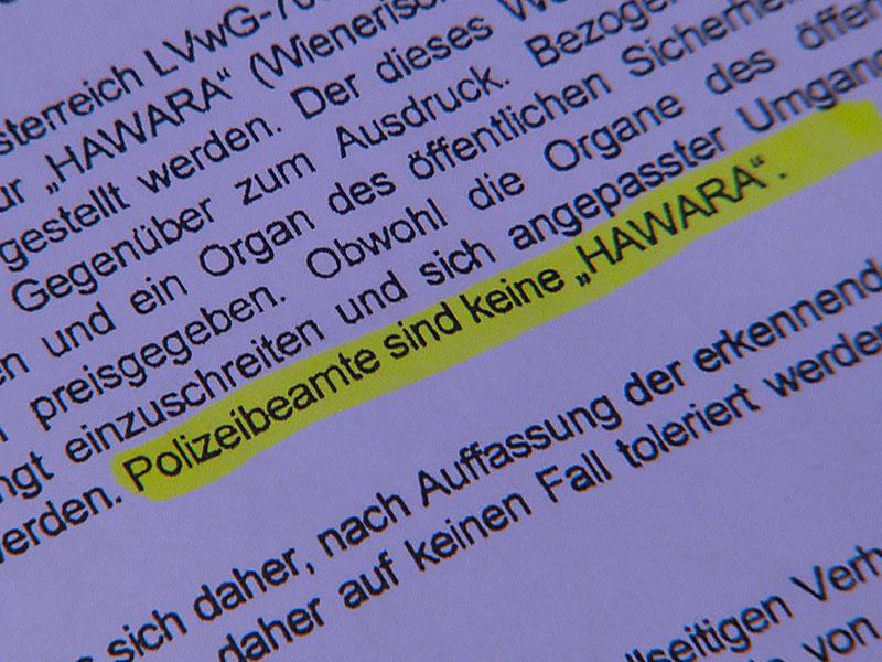 """Schrift """"Polizeibeamte sind keine Hawara"""""""