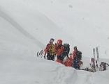 Bergretter bei Schneefall bei Lawinenabgang