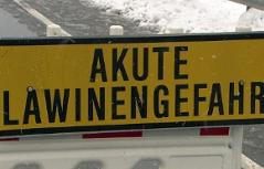 Warnschild Lawinengefahr (Straßensperre, Lawinensperre)