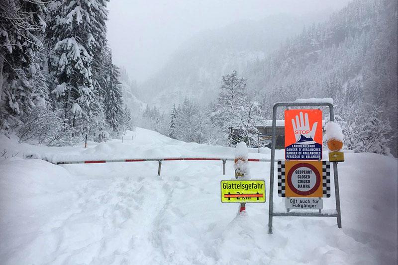 Sperre der komplett verschneiten Katschbergstraße (B99) bei Untertauern in Richtung Obertauern