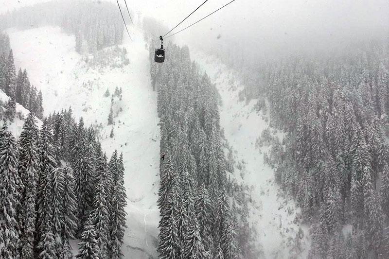 Gondel auf die Schmittenhöhe bei Zell am See im Nebel bei Schnee