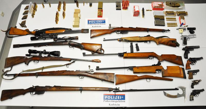 Mehrere Waffen und Munition