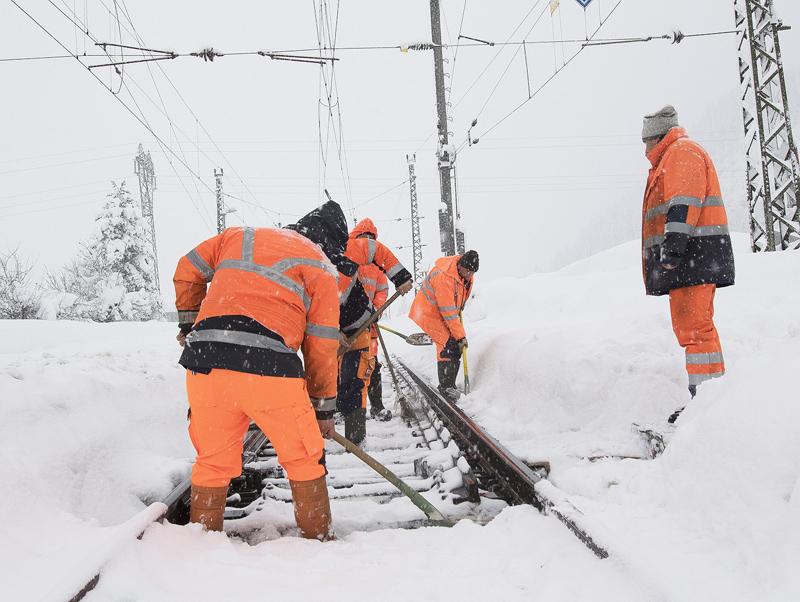 ÖBB-Mitarbeiter bei der Schneeräumung von Gleisen