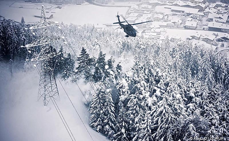 Blackhawk bläst Schnee von Bäumen