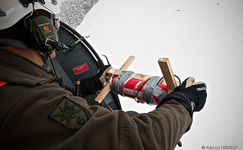 Soldat wirft Sprengladung auf Lawine