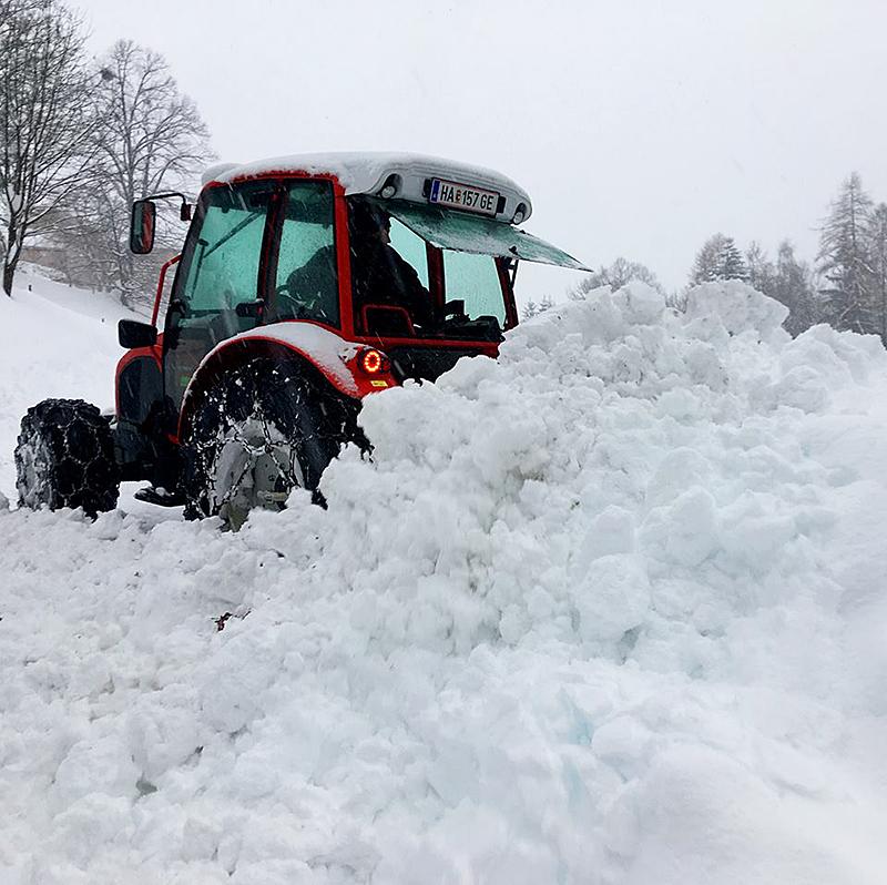 Traktor Schneemassen Schnee Massen Neuschnee