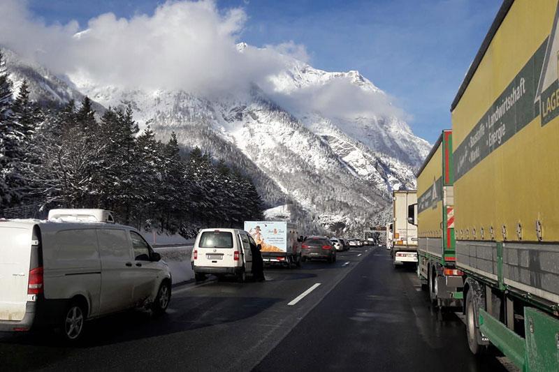 Stau auf der A10 Tauernautobahn bei Werfen im Winter bei Schnee